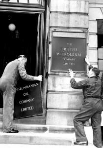 نصب تابلوی شرکت بریتیشپترولیوم به جای شرکت نفت ایران و انگلیس در لندن در سال 1333