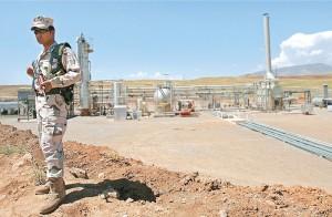 یک سرباز کرد در کنار میدان نفتی تاوک در حال نگهبانی است. تولید این میدان در ماه می سال 2014 به 120هزار بشکه در روز رسید.