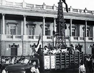 دکل نفتی نمادین در تظاهرات مردم در حمایت از ملی شدن نفت (میدان توپخانه)