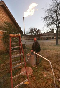 در منزل یک آمریکایی در تگزاس، همزمان با برداشت آب از چاه، گاز نیز تولید میشود