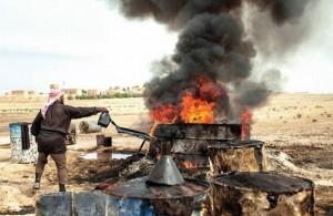 یک کشاورز سوری در شهر الرقه، نفتی که از استان دیرالزور تولید شده است را درون گودالی میریزد. نفت به عنوان بخشی از مراحل پالایش، در گودال تقطیر میشود و در نهایت سوخت مورد نیاز به دست میآید. دیرالزور پیش از تحریمهای آمریکا و اتحادیه اروپا در سال 2011، روزانه 420هزار بشکه در روز نفت تولید میکرد.