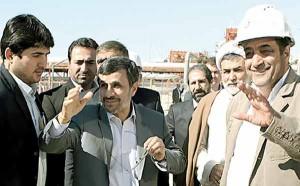 موسی سوری (سمت راست) چند روز بعد از بازدید رئیسجمهور از فازهای ناتمام 15 و 16 در دی 91 از مدیرعاملی برکنار شد