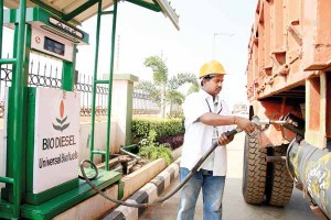 یک راننده در هند باک ماشین خود را با بیودیزل پر میکند. هند یکی از دهها کشوری است که برای استفاده از سوختهای زیستی،«سیاست ملی» تدوین کرده است.