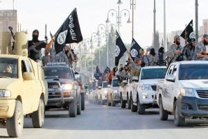 رژه نیروهای داعش در خیابانها. داعش به مدد درآمدهای نفتی سرشار جذب نیروی گستردهای در ماههای اخیر انجام داده است.