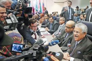 علی النعیمی، وزیر نفت عربستان در نشست 166 اوپک به خبرنگاران لبخند میزند. با محوریت او بود که سقف تولید اوپک بدون تغییر باقی ماند.