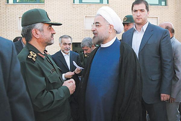 رئیسجمهور روحانی و سردار جعفری در حاشیه مجمع سراسری فرماندهان سپاه در سال 1392
