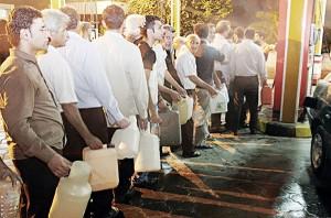 در شب اعلام سهمیهبندی، مردم به پمپبنزینها هجوم آوردند تا مقداری بنزین ذخیره کنند