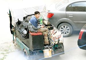 یک فروشنده دوره گرد در سوریه به فروش محصولات نفتی می پردازد. بعد از بحران اخیر در سوریه، دولت این کشور در تامین نیازهای سوختی مردم با مشکل مواجه شده است.