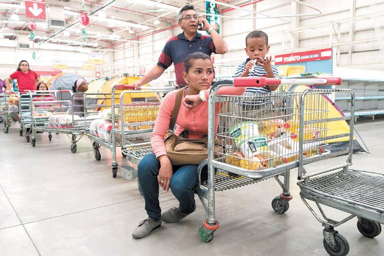 این روزها در ونزوئلا حضور شهروندان در صف خرید از فروشگاهها بیش از هر زمانی دیده میشود